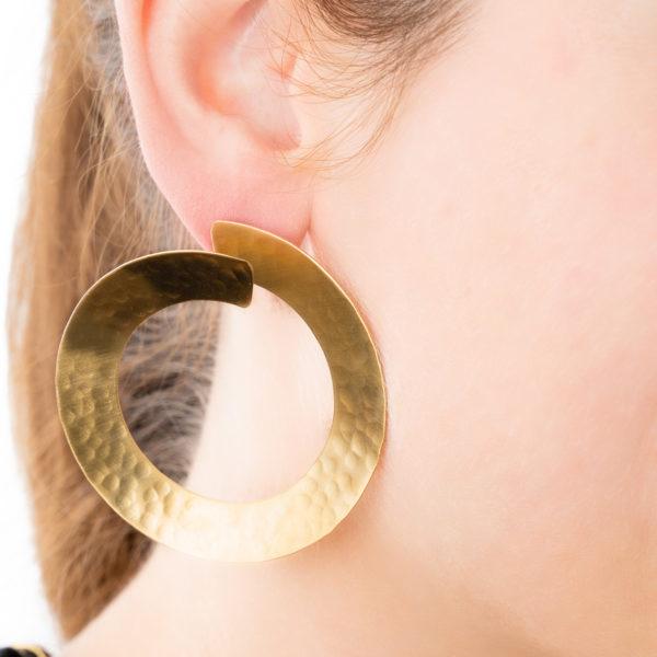 Hoops-gold-gehaemmert-Detailild-Model