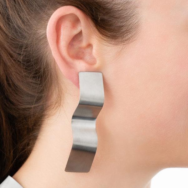 Muss-Curves-Ohrring-silber-Detailbild-Model