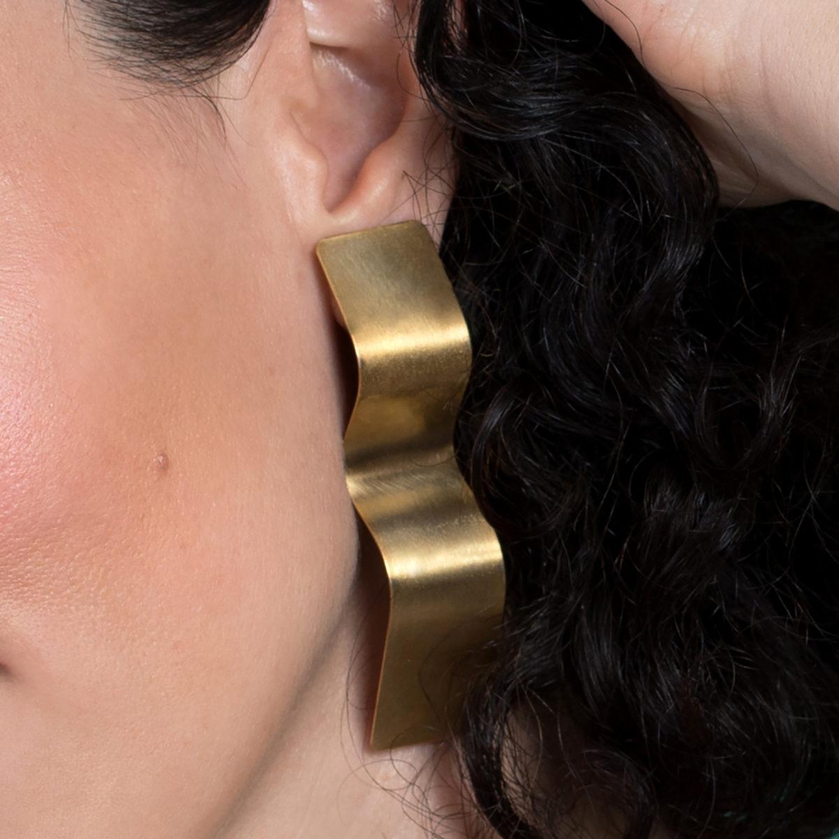 Muss-Curves-Ohrringe-gold-matt-Detailbild