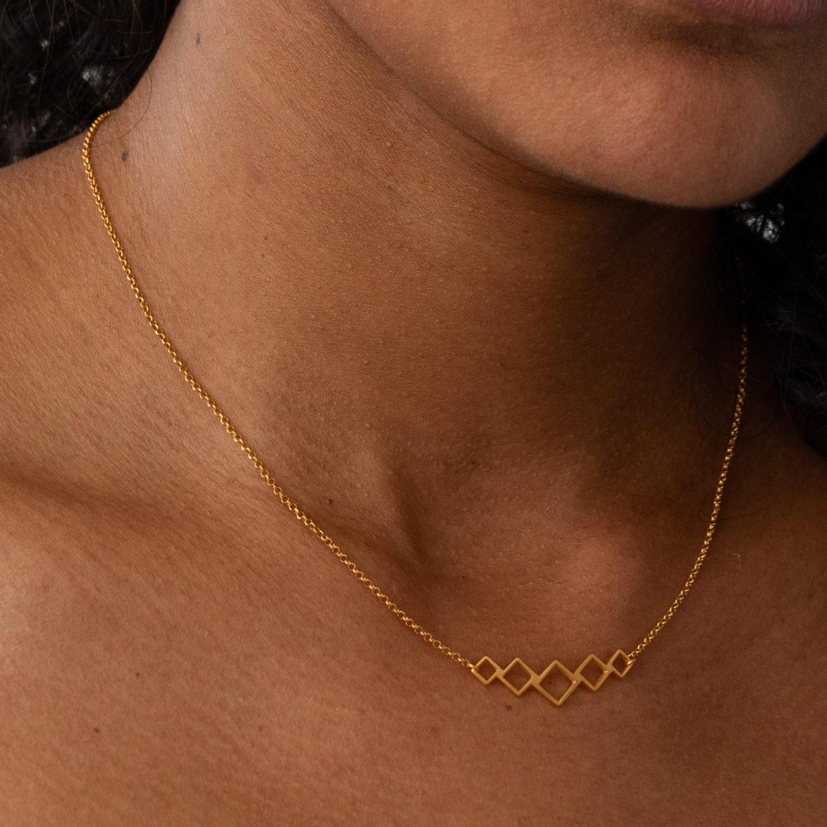 Quadrate Halskette gold geometrisch