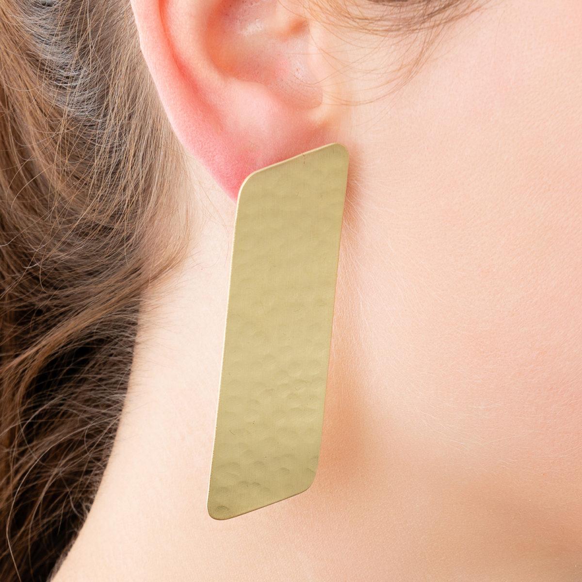 Simple-Rectangle-Ohrring-gold-gehaemmert-Detailbild-Model