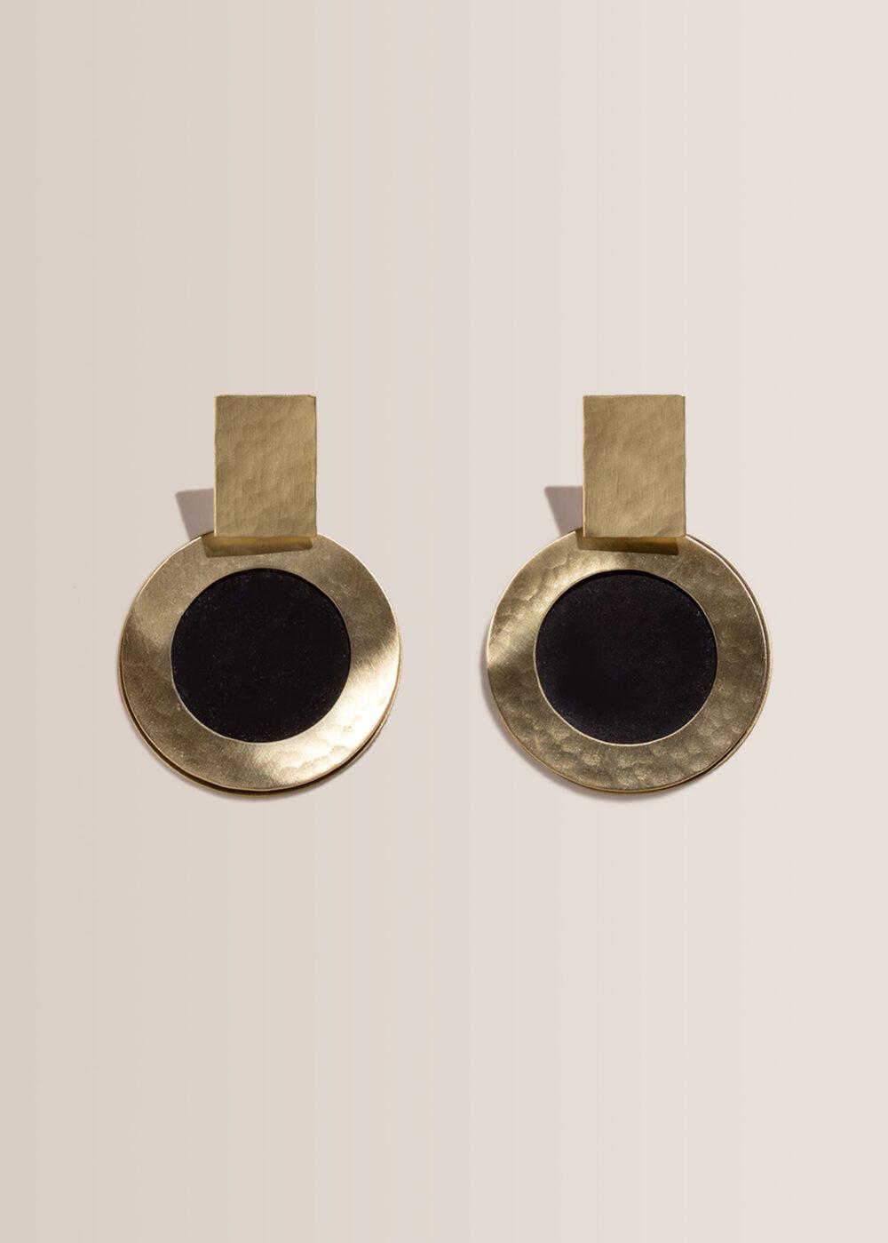 hestia-ohrringe-schwarz-gold-oxidiert