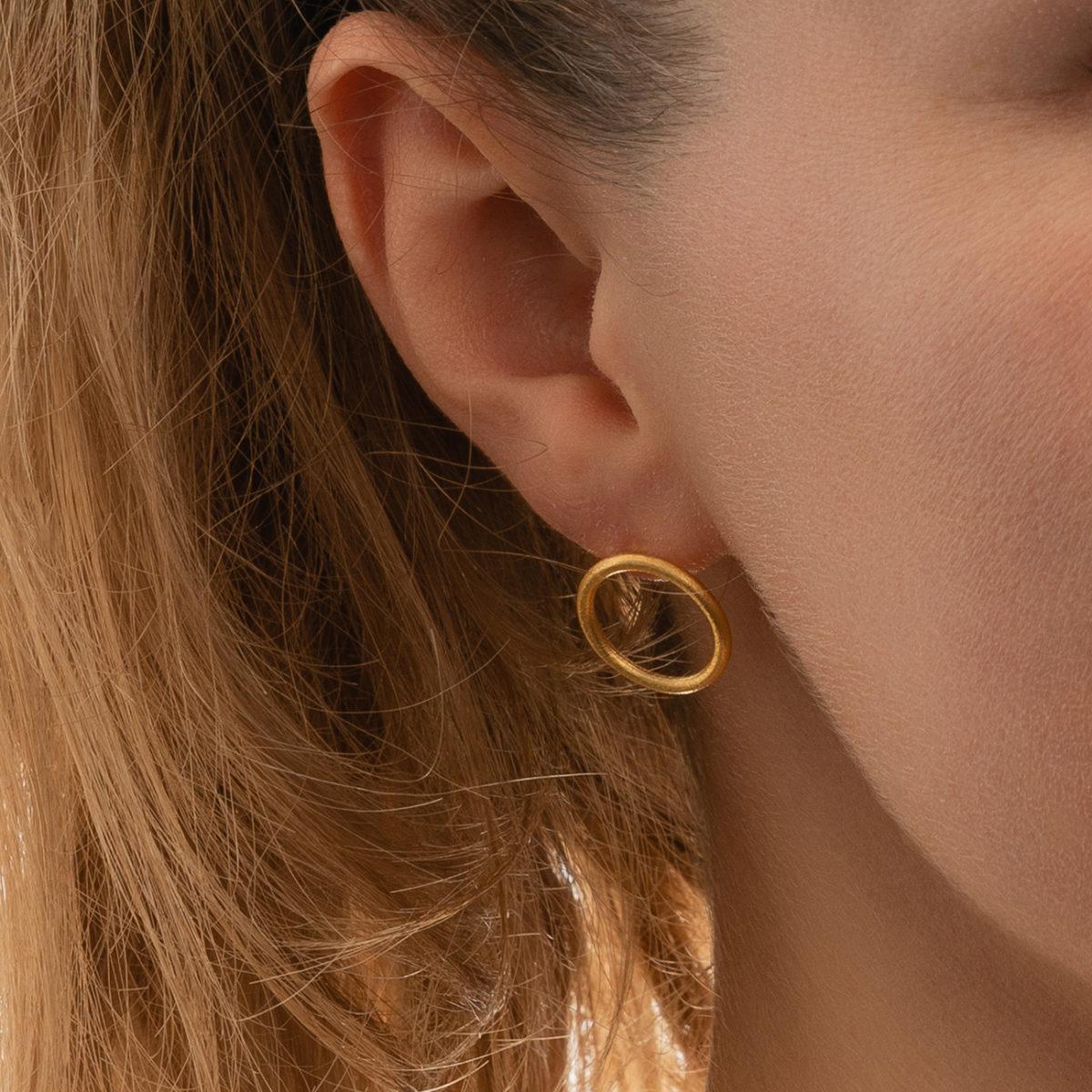 Circle-gold-Ohrstecker-Modelfoto-Detail