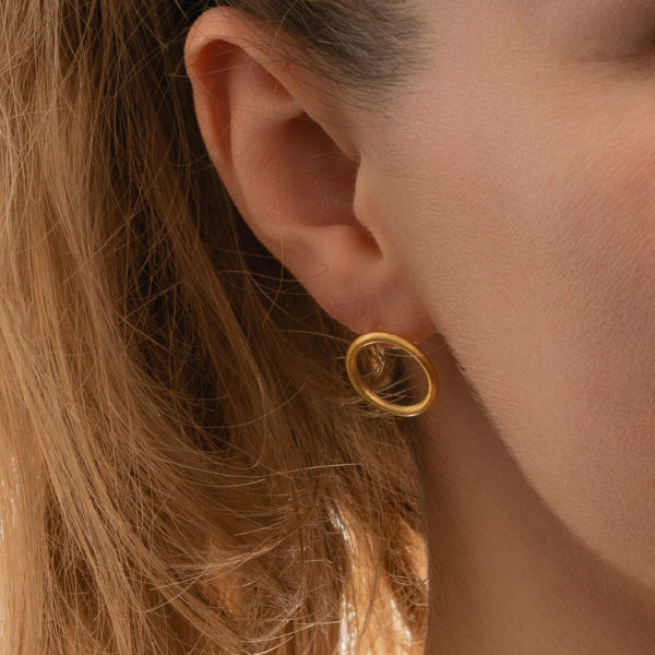 Circle-gold-Ohrstecker-Modelfoto-Detail