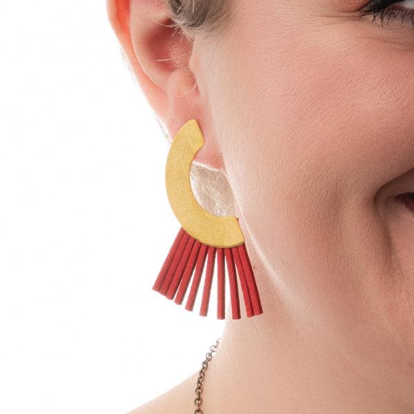 Carrie-Ohrringe-gold-rot-Leder-Detailbild