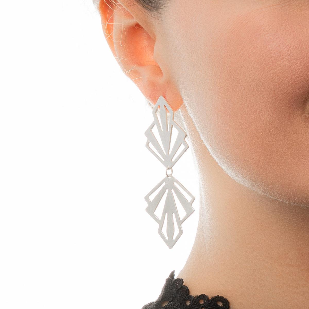 Ohrringe-Art-Deco-silber-matt-Detailbild-Model-1200px
