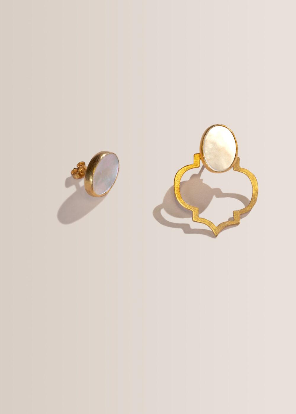 helia-ornament-ohrring-gold-perlmutt-zweite-ansicht