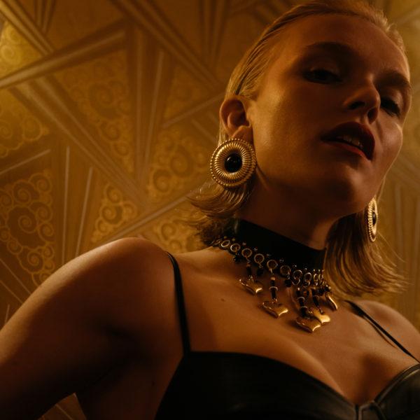 Victoria-Ohringe-schwarz-gold-Model