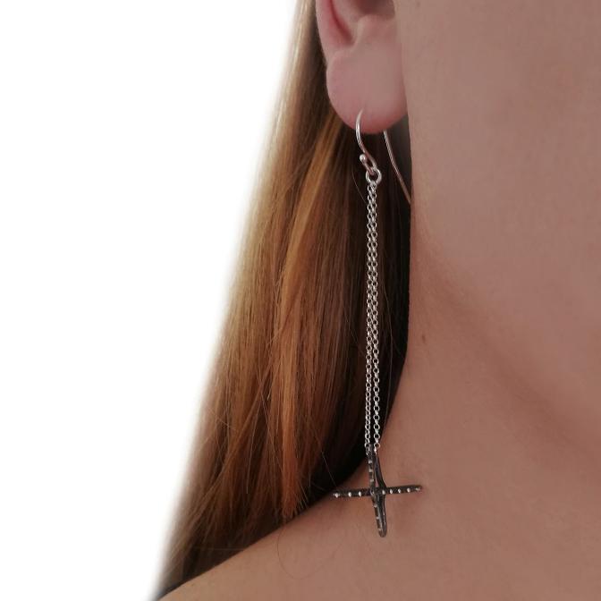 Charis-Ohrringe-Kreuz-Silber-schwarz-Model