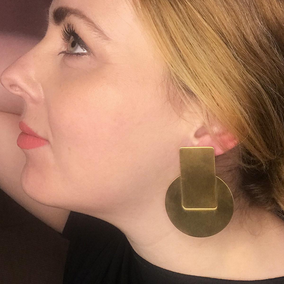 Dana-Statement-Ohrring-gold-matt-Model