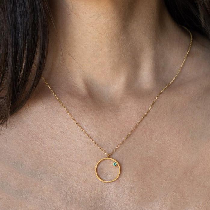 Model mit Elara Halskette Kreis gold mit tuerkisem Zirkon