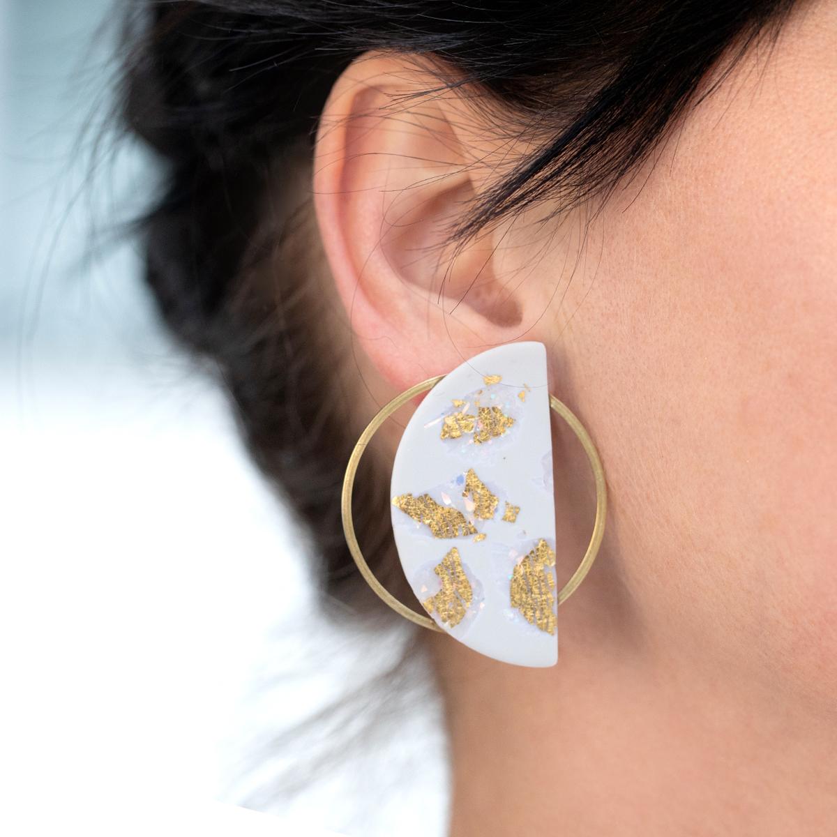 Sia-Ohrringe-Halbkreis-grau-gold-Model