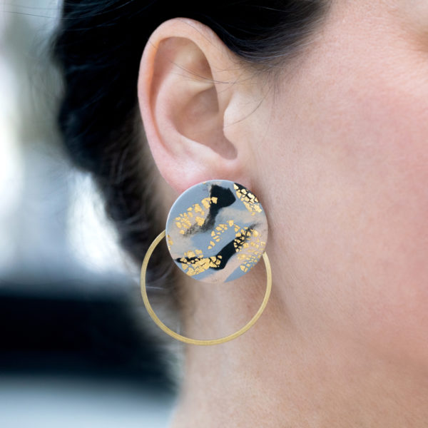 Elsa-Ohrringe-Hoops-gold-grau-marmoriert-Model