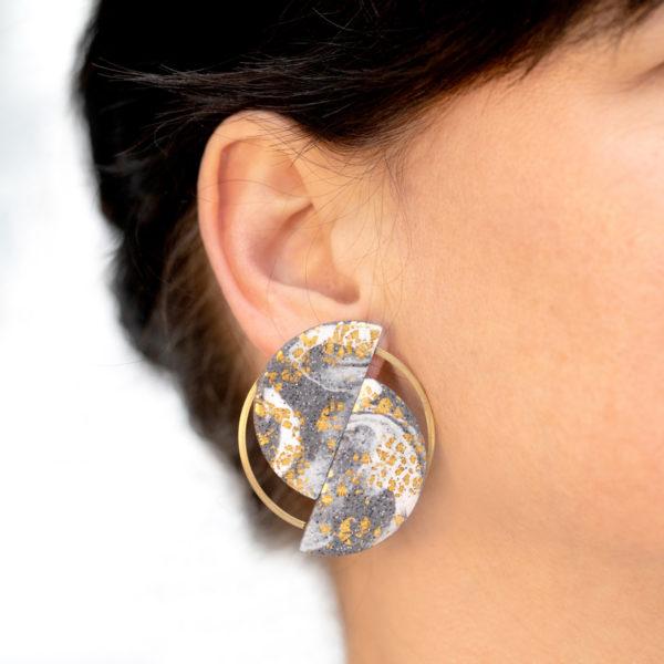 Ria-Ohrringe-zwei-Halbkreise-grau-gold-Model