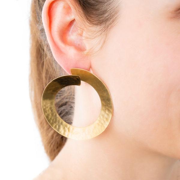 Sara-Hoops-gold-Detailbild-Model