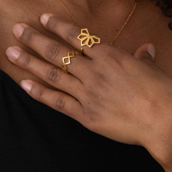 Thea-Ring-gold-Bluete-geometrisch-Model