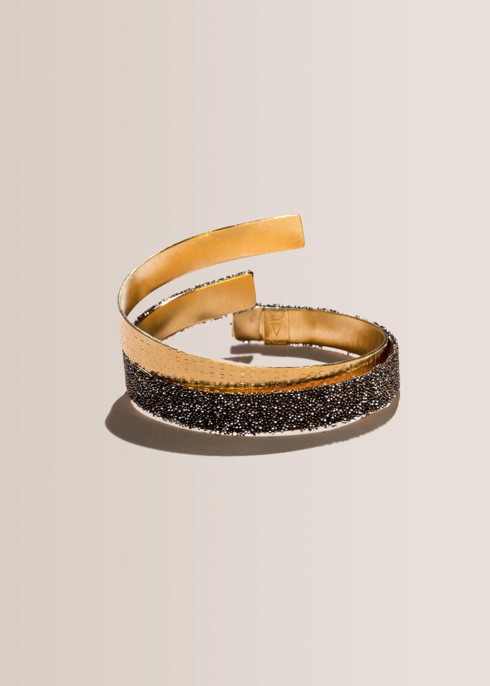 Helena-Armreif-gold-gehaemmert-svarowski-schwarz