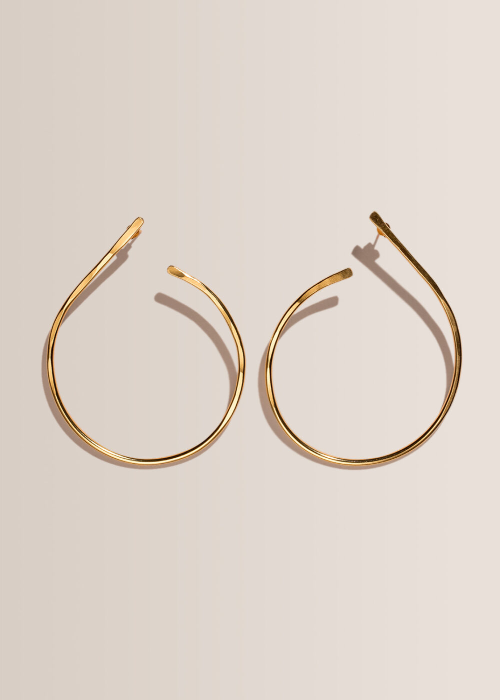 Elea-Ohrringe-hoops-gold-gehammert