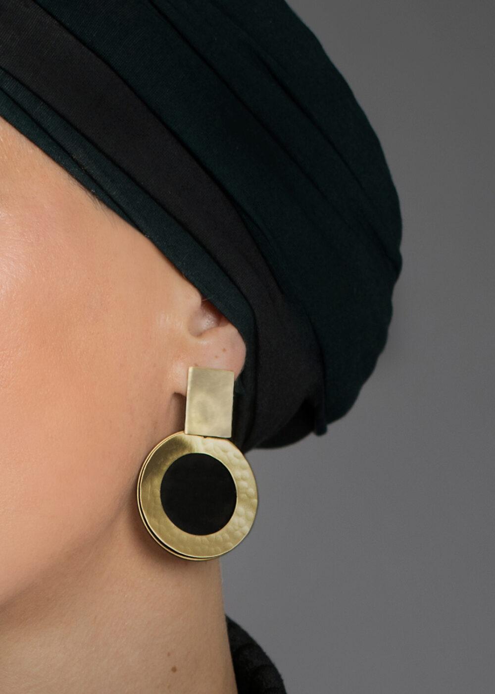 Hestia-Ohrringe-gold-schwarz-Model-Detail