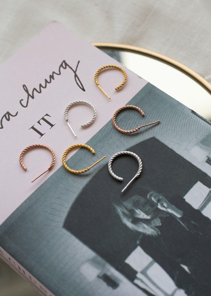 Irini-Ohrringe-liegen-auf-Buch